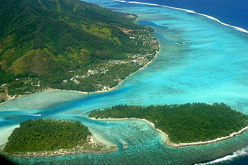 To 7 mn of flight of Tahiti, you penetrate in the traditional Polynesia...here the gray does not exist, time stopped on a turquoise lagoon with crystalline water...Moorea, small paradise where the life is so soft...